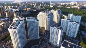 Vista superiore di un complesso residenziale moderno con le alte belle case clip Una grande finestra in una costruzione di appart Fotografia Stock Libera da Diritti