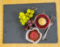 Vista superiore di un dessert dolce della fragola in un barattolo con un muffin immagine stock