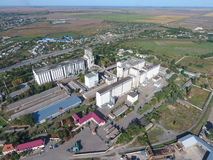 Vista superiore di un elevatore del silo Oggetto di industriale di Aerophotographing Immagini Stock