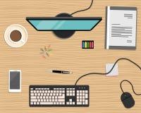 Vista superiore di un fondo dello scrittorio C'è un computer, uno Smart Phone, una cartella grigia, una cancelleria e una tazza d Immagini Stock