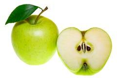 Vista superiore di un gruppo di fette verdi della mela isolate su un fondo bianco Immagini Stock Libere da Diritti