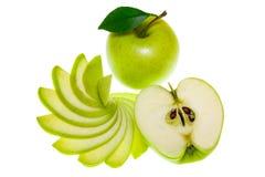Vista superiore di un gruppo di fette verdi della mela isolate su un fondo bianco Fotografie Stock