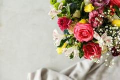 Vista superiore di un mazzo variopinto di bei fiori nel corne immagine stock libera da diritti