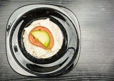 Vista superiore di un panino del dolce di riso con formaggio, il pomodoro e l'avocado fotografia stock