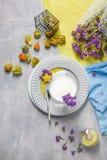 Vista superiore di un physalis luminoso, di un piatto con la scorza di limone e della carambola gialla, un bicchiere di latte su  fotografia stock