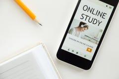 Vista superiore di un telefono cellulare sulla scrivania, studio online Immagini Stock