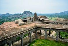Vista superiore di un tempio sulla fortificazione di Gingee in Tamil Nadu immagine stock