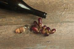 Vista superiore di una bottiglia vuota di champagne francese con sughero e l'uva Immagini Stock