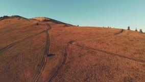 Vista superiore di una guida di veicoli sul pendio di montagna video d archivio