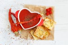 Vista superiore di una minestra piccante del pomodoro con i chip fotografie stock libere da diritti