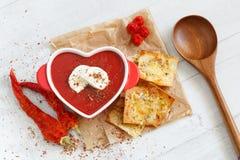 Vista superiore di una minestra piccante del pomodoro con la mozzarella e le patatine fritte fotografia stock