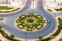 Vista superiore di una rotonda sulla strada in Abu Dhabi, UAE immagine stock