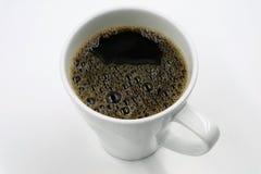 Vista superiore di una tazza di caffè di recente preparato su bianco Fotografia Stock Libera da Diritti