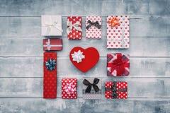 Vista superiore di vari contenitori di regalo sulla tavola di legno Composizione piana in disposizione immagini stock