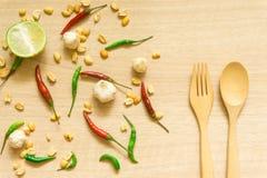 Vista superiore di vari ortaggi freschi paprica, arachide, aglio, limone ed erbe isolati su fondo di legno immagine stock libera da diritti
