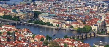 Vista superiore di vecchia bella città con il fiume ed i ponti praga Fotografia Stock Libera da Diritti