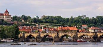 Vista superiore di vecchia bella città con il fiume ed i ponti Praga, tonificata Immagini Stock Libere da Diritti