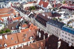 Vista superiore di vecchia città dalla cattedrale del ` s di St Stephen, Vienna, Austria tetti piastrellati della città europea fotografia stock