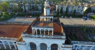 Vista superiore di vecchia e costruzione rovinata della stazione ferroviaria stock footage