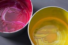 Vista superiore di vecchie latte della pittura di CMYK su fondo scuro BAC variopinto Fotografia Stock Libera da Diritti