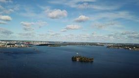 Vista superiore di viaggio di concetto al litorale di Helsinki con le costruzioni e la vista sul mare video d archivio