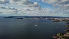 Vista superiore di viaggio di concetto al litorale di Helsinki con le costruzioni e la vista sul mare stock footage