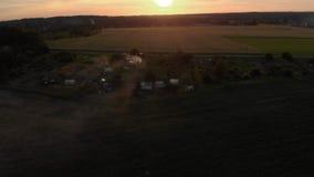 Vista superiore di volo aereo: Falò di metà dell'estate di Ligo nel paesaggio nebbioso del tempo di tramonto archivi video