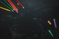 Vista superiore/disposizione piana la matita di colore ed il gesso variopinto Immagine Stock Libera da Diritti