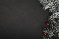 Vista superiore e superiore, dei regali di Natale su un fondo rustico nero di legno fotografia stock libera da diritti