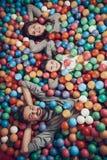 Vista superiore Famiglia felice che si trova nello stagno con le palle fotografia stock