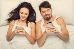 Vista superiore Giovani coppie felici bianche con il cellulare fotografia stock libera da diritti