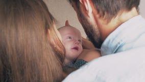 Vista superiore I bei giovani genitori felici sorridono al loro figlio neonato prezioso 4K video d archivio