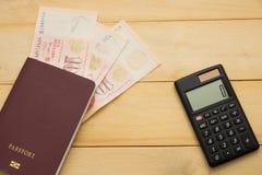 Vista superiore inserzione media dei contanti del dollaro di Singapore sul libro a del passaporto Fotografia Stock