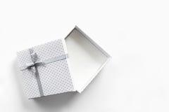 Vista superiore isolata vuota bianca del contenitore di regalo Fotografia Stock