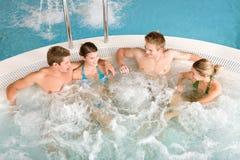 Vista superiore - la gente felice si distende in vasca calda Fotografie Stock