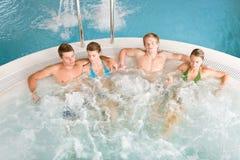 Vista superiore - la gente si distende in vasca calda immagine stock