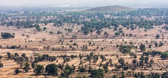 Vista superiore o vista aerea della campagna del villaggio del paesaggio e campo verde, villaggio rurale sugli alberi verdi natur Immagine Stock Libera da Diritti