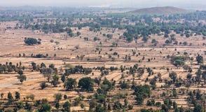 Vista superiore o vista aerea della campagna del villaggio del paesaggio e campo verde, villaggio rurale sugli alberi verdi natur Fotografie Stock
