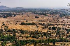 Vista superiore o colpo aereo dalla cima di una montagna rocciosa delle risaie verdi e gialle fresche nel giorno soleggiato della fotografia stock