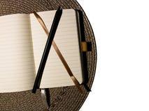 Vista superiore o vista o concetto piana dell'organizzatore aperto con la matita nera che si trova sul cuscinetto grigio rotondo  fotografia stock libera da diritti
