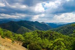 Vista superiore panoramica della gamma di montagne di Troodos, Cipro fotografia stock