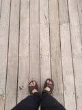 Vista superiore: piede sul pavimento di legno d'annata Fotografia Stock Libera da Diritti