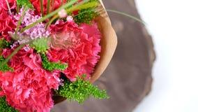 Vista superiore, primo piano di un mazzo dei fiori, rotazione su un fondo bianco consiste del garofano, Barbatus archivi video