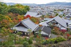 Vista superiore scenica del tempio di Enkoji e dell'orizzonte del nord della città di Kyoto durante l'autunno Fotografia Stock Libera da Diritti