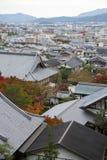 Vista superiore scenica del tempio di Enkoji e dell'orizzonte del nord della città di Kyoto durante l'autunno Immagini Stock