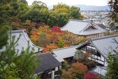 Vista superiore scenica del tempio di Enkoji e dell'orizzonte del nord della città di Kyoto durante l'autunno Fotografie Stock Libere da Diritti