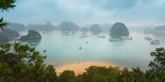 Vista superiore scenica della baia di Halong nel Vietnam. Immagine Stock Libera da Diritti