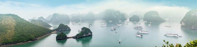 Vista superiore scenica della baia di Halong nel Vietnam. Fotografie Stock