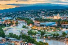 Vista superiore scenica di Tbilisi Georgia, punti di riferimento famosi nella sera Fotografia Stock Libera da Diritti
