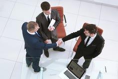 Vista superiore Soci commerciali della stretta di mano il concetto di cooperazione immagini stock